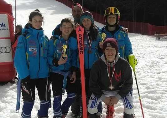 Șase medalii pentru schiorii Coronei la concursurile de la Brașov și Borovets