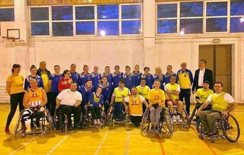 """Handbalistele Coronei au jucat un meci în scaun rulant, cu băieţii de la Asociaţia """"Sfântul Haralambie"""""""